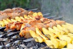 Shashlik - Kochen des Grills Lizenzfreie Stockbilder