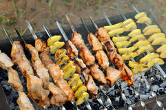 Shashlik - Kochen des Grills Stockfoto