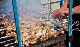 Shashlik matlagning i gatan Arkivfoton
