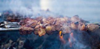 Shashlik oder shashlyk, die auf einen Grillgrill ?ber Holzkohle sich vorbereiten Gegrillte W?rfel des Schweinefleischs auf Metall lizenzfreies stockfoto