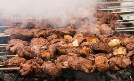 Shashlik ou shashlyk pr?parant sur un gril de barbecue au-dessus de charbon de bois Cubes grill?s de viande de porc sur la broche photographie stock