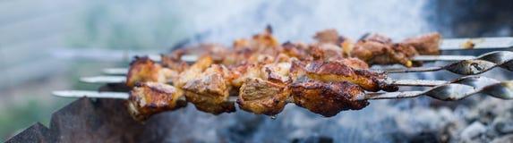 Shashlik ou shashlyk pr?parant sur un gril de barbecue au-dessus de charbon de bois Cubes grill?s de viande de porc sur la broche image stock