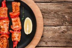 Shashlik saumoné rôti sur l'espace libre en bois de table Photos stock