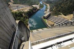 Shasta Hydrofördämning och Spillway, USA royaltyfri fotografi