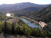 Shasta-Verdammung lizenzfreies stockbild