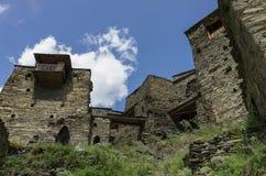 Shatili Abandoned stärkte byn med klockatorn i Georgi Royaltyfri Bild
