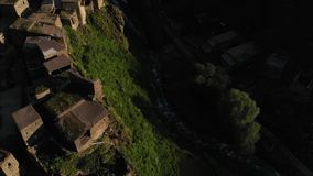 Shatili Pueblo en Khevsureti superior, Georgia, en el vídeo aéreo de la salida del sol almacen de video