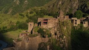 Shatili Pueblo en Khevsureti superior, Georgia, en el vídeo aéreo de la salida del sol almacen de metraje de vídeo