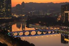 城门河日落视图有圣诞节装饰的在Shatin, 2015年12月31日的香港 免版税库存照片