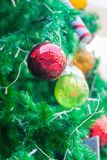 Shatterproof διακόσμηση σφαιρών στο χριστουγεννιάτικο δέντρο Στοκ Φωτογραφίες
