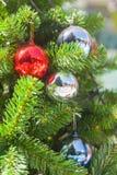 Shatterproof διακόσμηση σφαιρών στο χριστουγεννιάτικο δέντρο Στοκ Εικόνες