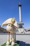 Shaun在特拉法加广场的绵羊在伦敦 库存图片