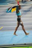 Shaunae Miller dopo la conquista della medaglia d'oro in 400m a Rio 2016 Fotografia Stock Libera da Diritti