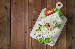 Shaurma ou sandwich bon et tout préparé avec la coupe dans le demi tomat photo libre de droits