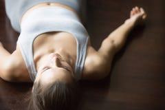 Shavasana在地板上的瑜伽姿势 免版税库存照片