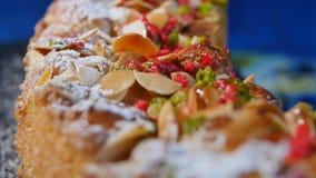 Shavings грецкого ореха на конце торта вверх, макрос Очень вкусные торты десерта домодельные печенья Торт гайки Стоковое фото RF