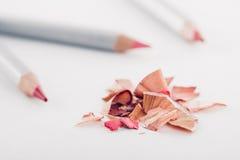 Shavings косметического розового карандаша и покрашенных карандашей на белой предпосылке Стоковые Изображения RF