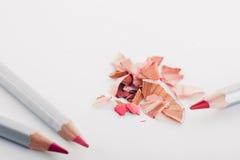 Shavings косметического розового карандаша и покрашенных карандашей на белой предпосылке Стоковая Фотография