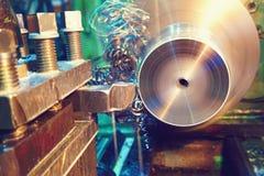 Shavings на конце-вверх деталей Токарный станок, металл обрабатывая путем резать на промышленном оборудовании Подкрашиванное изоб стоковая фотография rf