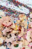 Shavingsna av blyertspennacloseupen Royaltyfria Bilder