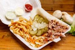 Shawarma三明治-稀薄的lavash皮塔饼面包新卷用烤肉,蘑菇,乳酪,圆白菜,红萝卜,调味汁, g填装了 库存图片