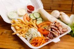 Shawarma三明治-稀薄的lavash皮塔饼面包新卷用烤肉,蘑菇,乳酪,圆白菜,红萝卜,调味汁, g填装了 免版税库存图片