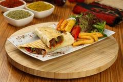 Shawarma套用肉、油炸物和腌汁 库存图片