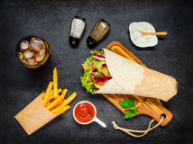 Shawarma用炸薯条和可乐在冰 库存图片