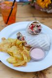 Shawarma με το βόειο κρέας, τα λαχανικά, τα τσιπ και τη σάλτσα στοκ φωτογραφία με δικαίωμα ελεύθερης χρήσης