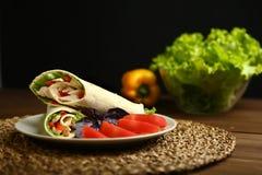 Shawarma, ρόλος με το κοτόπουλο, σαλάτα στο ψωμί pita Στοκ εικόνα με δικαίωμα ελεύθερης χρήσης