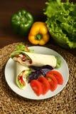 Shawarma, ρόλος με το κοτόπουλο, σαλάτα στο ψωμί pita Στοκ εικόνες με δικαίωμα ελεύθερης χρήσης