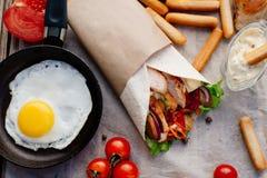 Shawarma на деревянном столе Стоковое Изображение RF