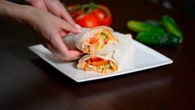 Shawarma с соусом на белой предпосылке акции видеоматериалы