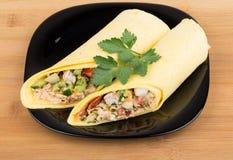 2 Shawarma с цыпленком в черной плите на бамбуковой таблице Стоковая Фотография RF