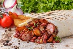 Первоначально shawarma с фасолями и продуктами сосиски стоковые фото