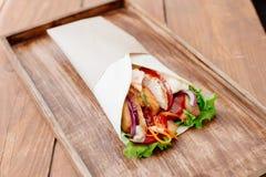 Shawarma auf einem Behälter Stockfotografie