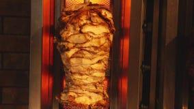 Shawarma che griglia con i polli archivi video