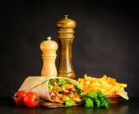 Shawarma con le patate fritte ed il pomodoro Fotografia Stock