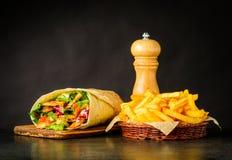 Shawarma con le patate fritte ed il sale Fotografia Stock