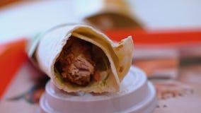 Shawarma delicioso, primer Mentiras en una tabla en alimentos de preparación rápida del café almacen de video
