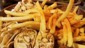 Shawarma delizioso su fondo di legno - alimento e fritture orientali video d archivio