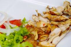 Shawarma desempaquetado delicioso, con la carne y las verduras en una placa platic blanca Fotografía de archivo libre de regalías