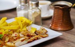 Shawarma desempaquetado delicioso, con la carne y las verduras en una placa platic blanca en la tabla de madera Imagen de archivo