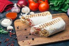 Shawarma do no espeto de Doner ou envoltório do doner Galinha grelhada no pão do pão árabe do lavash com legumes frescos - tomate imagem de stock royalty free