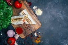 Shawarma of doner de omslag van de Donerkebab Geroosterde kip bij het lavashpitabroodje met verse groenten - tomaten, groene sala royalty-vrije stock foto