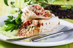 Shawarma en pan Pita en una atmósfera apetitosa de la pequeña de la aún-vida de la placa del verde del tablero belleza del restau Fotos de archivo libres de regalías