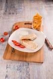 Shawarma en una placa blanca con los microprocesadores fotos de archivo