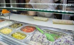Shawarma-Hühnerrolle in einem Pittabrot mit Frischgemüse und Creme lizenzfreie stockfotos