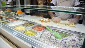 Shawarma kurczaka rolka w pita z świeżymi warzywami i śmietanką obrazy stock