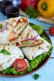 shawarma Lavash met kip, tomaten, sla en peper Stock Fotografie
